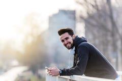 Άτομο Jogger με τα ακουστικά που χρησιμοποιούν τη μουσική Smartphone και ακούσματος Στοκ εικόνες με δικαίωμα ελεύθερης χρήσης