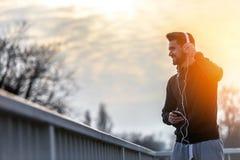 Άτομο Jogger με τα ακουστικά που χρησιμοποιούν τη μουσική Smartphone και ακούσματος Στοκ φωτογραφία με δικαίωμα ελεύθερης χρήσης