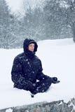 Άτομο meditates στη θέση λωτού Στοκ φωτογραφία με δικαίωμα ελεύθερης χρήσης