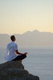 Άτομο meditates Στοκ Εικόνες