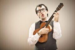 Άτομο Nerd με το παιχνίδι γυαλιών ukulele Στοκ Εικόνες