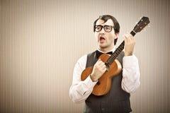 Άτομο Nerd με το παιχνίδι γυαλιών ukulele Στοκ φωτογραφίες με δικαίωμα ελεύθερης χρήσης
