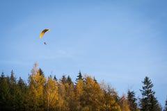 Άτομο Paraglide Στοκ εικόνες με δικαίωμα ελεύθερης χρήσης