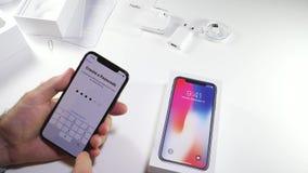 Άτομο unbox το πιό πρόσφατο iPhone Χ ενεργοποίηση φιλμ μικρού μήκους
