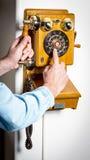 Άτομο usses ένα παλαιό τηλέφωνο ύφους Στοκ φωτογραφία με δικαίωμα ελεύθερης χρήσης