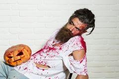Άτομο Zombie με την κολοκύθα αποκριών Στοκ φωτογραφίες με δικαίωμα ελεύθερης χρήσης