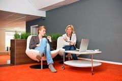 Άτυπη επιχειρησιακή συνεδρίαση Στοκ φωτογραφία με δικαίωμα ελεύθερης χρήσης