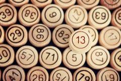 Άτυχος αριθμός 13 στο υπόβαθρο του ξύλινου λότο βαρελιών clo Στοκ εικόνες με δικαίωμα ελεύθερης χρήσης
