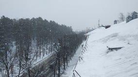 Άφθονες χιονοπτώσεις στο τέλος του χειμώνα στη σιβηρική πόλη στοκ εικόνες