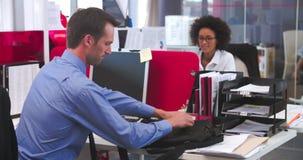 Άφιξη επιχειρηματιών στην αρχή και κάθισμα στο γραφείο απόθεμα βίντεο