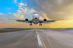 Άφιξη πετάγματος αεροπλάνων που προσγειώνεται σε έναν διάδρομο κατά τη διάρκεια ενός φωτεινού ήλιου Στοκ εικόνα με δικαίωμα ελεύθερης χρήσης