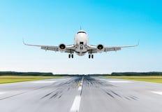 Άφιξη πετάγματος αεροπλάνων που προσγειώνεται σε έναν διάδρομο στη σαφή φωτεινή ημέρα ουρανού Στοκ Φωτογραφίες