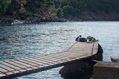 Άφιξη πορθμείων και περιμένοντας τουρίστες Στοκ φωτογραφία με δικαίωμα ελεύθερης χρήσης