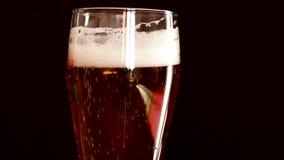 Άφρισμα μπύρας ένας αφρός φιλμ μικρού μήκους