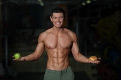 Άχρηστο φαγητό εναντίον της υγιούς έννοιας διατροφής στοκ εικόνες