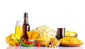 Άχρηστο φαγητό και μπύρα στο άσπρο υπόβαθρο Στοκ φωτογραφία με δικαίωμα ελεύθερης χρήσης