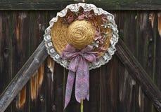 άχυρο καπέλων διακοσμήσ&epsil Στοκ φωτογραφία με δικαίωμα ελεύθερης χρήσης