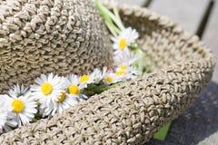 άχυρο καπέλων λουλουδ&i Στοκ φωτογραφία με δικαίωμα ελεύθερης χρήσης