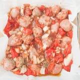 Άψητα τεμαχισμένα λουκάνικα στο πιάτο ψησίματος στοκ φωτογραφία με δικαίωμα ελεύθερης χρήσης