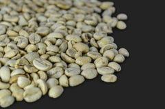 Άψητα φασόλια καφέ που απομονώνονται στο γκρίζο υπόβαθρο Στοκ φωτογραφία με δικαίωμα ελεύθερης χρήσης