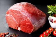 Άψητα φρέσκα χοιρινό κρέας και βόειο κρέας Κομμάτι του ακατέργαστου κόκκινου κρέατος με το μαύρο υπόβαθρο Στοκ φωτογραφία με δικαίωμα ελεύθερης χρήσης