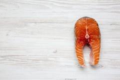 Άψητη ακατέργαστη μπριζόλα σολομών στο άσπρο ξύλινο υπόβαθρο, τοπ άποψη Επίπεδος βάλτε Από ανωτέρω Στοκ Εικόνα