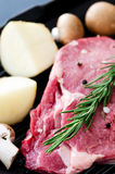 Άψητη ακατέργαστη μπριζόλα ribeye με το μανιτάρι πατατών Στοκ Εικόνα