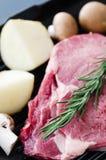 Άψητη ακατέργαστη μπριζόλα ribeye με το μανιτάρι πατατών Στοκ Εικόνες