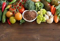 Άψητο κόκκινο ρύζι σε ένα κύπελλο με τα λαχανικά Στοκ Φωτογραφίες