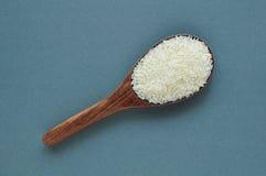 Άψητο ρύζι, jasmine ρύζι, ρύζι του Μαλί, ταϊλανδικό jasmine ρύζι σε μια ξύλινη κουτάλα στο άσπρο υπόβαθρο Στοκ Εικόνα