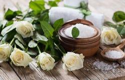 Άλας θάλασσας με τα τριαντάφυλλα Έννοια SPA στοκ εικόνες με δικαίωμα ελεύθερης χρήσης