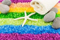 Άλας θάλασσας με το αστέρι θάλασσας, τις πέτρες και την πετσέτα λουτρών Στοκ εικόνες με δικαίωμα ελεύθερης χρήσης