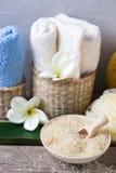 Άλας θάλασσας στο κύπελλο, τις άσπρες και μπλε πετσέτες και το άσπρο flo plumeria Στοκ εικόνα με δικαίωμα ελεύθερης χρήσης