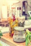 Άλας με τα καρυκεύματα, κάπαρη στο βάζο γυαλιού, στοκ φωτογραφία με δικαίωμα ελεύθερης χρήσης