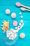 Άλας ‹â€ ‹θάλασσας †πέτρες και τη Shell ενός γυαλιού στις άσπρες για τη SPA και χαλάρωση σε ένα μπλε υπόβαθρο Στοκ Εικόνες