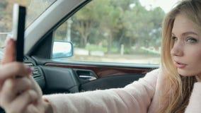 Άλαλος ξανθός φωτογραφιμένος στο αυτοκίνητο απόθεμα βίντεο
