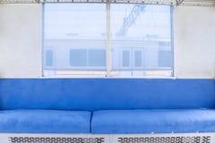 Άδειες θέσεις και παράθυρο στο τραίνο Στοκ Εικόνες