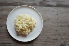 Άλεσε το φρέσκο σκόρδο στο άσπρο πιάτο Στοκ φωτογραφία με δικαίωμα ελεύθερης χρήσης