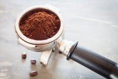 Άλεσμα καφέ στην ομάδα με το φασόλι καφέ στοκ φωτογραφία με δικαίωμα ελεύθερης χρήσης