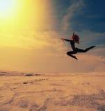 Άλματα κοριτσιών υψηλά στην όμορφη στάση Στοκ Φωτογραφίες