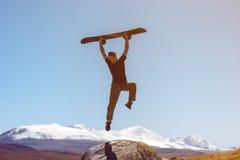 Άλματα Snowboarder να κάνει σκι σκηνικού βουνών στοκ φωτογραφίες με δικαίωμα ελεύθερης χρήσης