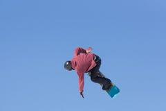 Άλματα Snowboarder στο πάρκο χιονιού Στοκ Φωτογραφίες