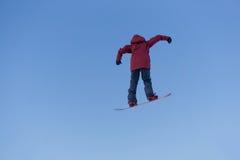 Άλματα Snowboarder στο πάρκο χιονιού Στοκ Εικόνες