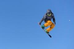 Άλματα Snowboarder στο πάρκο χιονιού Στοκ φωτογραφία με δικαίωμα ελεύθερης χρήσης