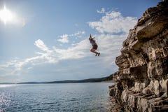 Άλμα απότομων βράχων Στοκ Εικόνες