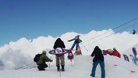 Άλμα εφήβων snowboarder από την αφετηρία Κοσμικά αντικείμενα χαρτονιού ακροατηρίων απόθεμα βίντεο