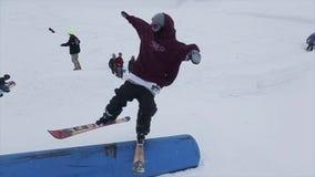Άλμα και γύρος σκιέρ στην αφετηρία στην κλίση Χιονοδρομικό κέντρο στα χιονώδη βουνά πρόκληση οι διαδρομές χιονιού σκιαγραφιών σιδ απόθεμα βίντεο