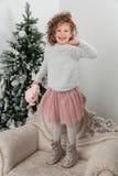 Άλμα κοριτσιών παιδιών κοντά στο χριστουγεννιάτικο δέντρο Στοκ Εικόνα