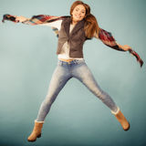 Άλμα κοριτσιών φθινοπώρου μόδας γυναικών, που πετά στον αέρα στο μπλε Στοκ εικόνα με δικαίωμα ελεύθερης χρήσης