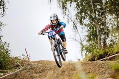 Άλμα πέρα από το ακραίο ποδήλατο αθλητών κοριτσιών βουνών Στοκ εικόνες με δικαίωμα ελεύθερης χρήσης